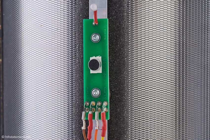 Ein Mikrofon erfasst den Schalldruck vor einer mikro-perforieten Absorber-Membran mit definiertem akustischem Widerstand