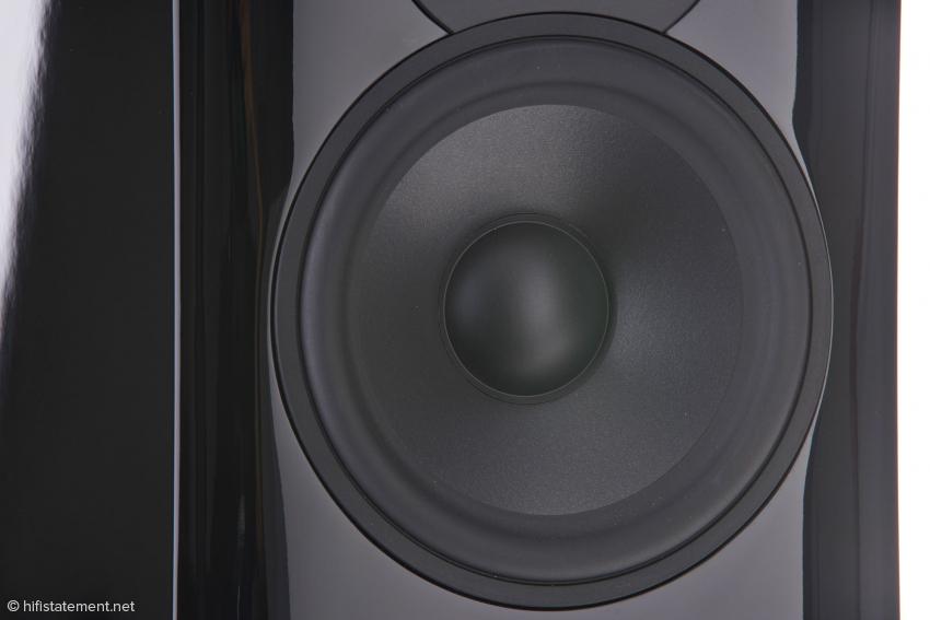 Der perfekt eingepasste Tiefmitteltöner ist eine Neuentwicklung, mutet rein optisch dennoch sehr klassisch an