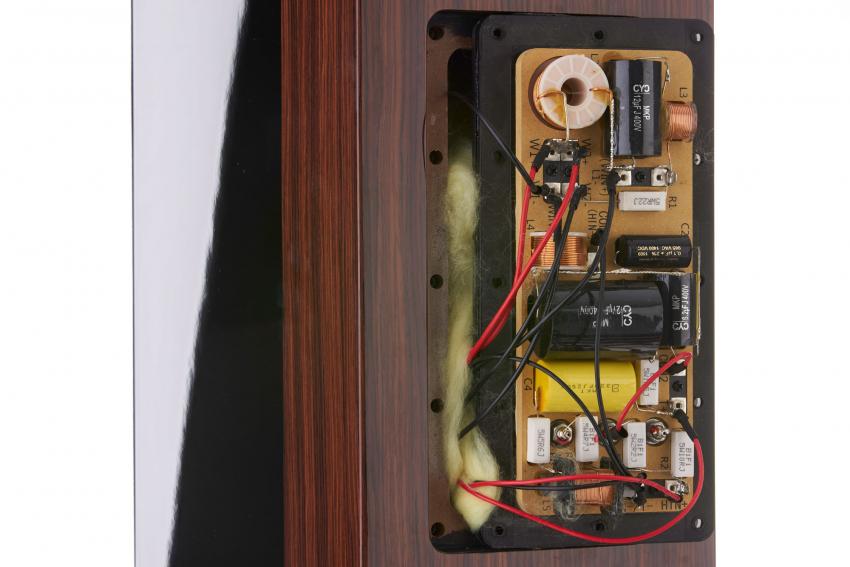 Die rückseitige Abdeckplatte dient zur Befestigung von verschiedenen Komponenten der Frequenzweiche und als Wartungsöffnung