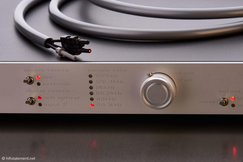 Die zwei Schalter dienen der Eingangswahl. Der USB-Eingang mit den zum Lieferumfang zählenden USB-Lichtwellenleiter-Modul firmiert unter arfi optical. Auf dem Gehäuse liegt der drei-adrige Lichtwellenleiter