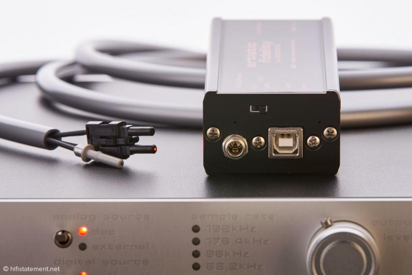 Das Modul wird von der per USB-Kabel angelieferten Spannung gespeist. Aber auch der Anschluss eines externen Netzteils ist möglich