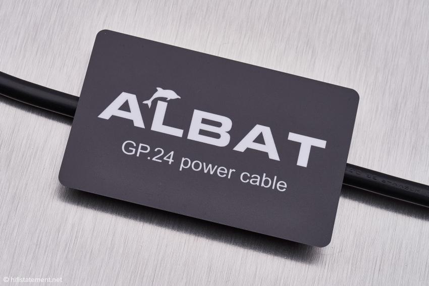 Die Tuning-Card Albat GP.24 Power Cable wird mit dem Netzkabel in Kontakt gebracht und wirkt auf dieses energetisch ein