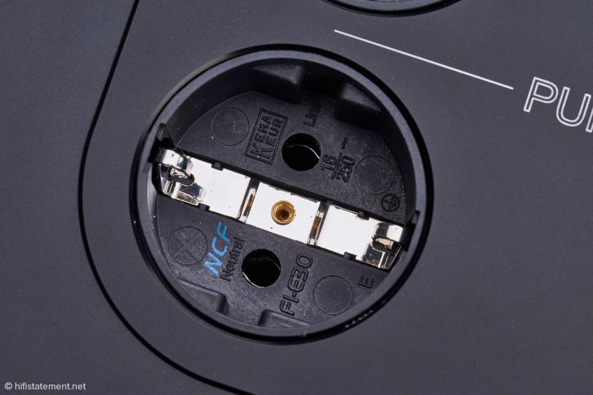 """Die hochwertigen Furutech-NCF-Steckdosen sorgen für eine stabile und störungsfreie Verbindung. Alle Ausgangssteckdosen sind zusätzlich mit sogenannten """"Damping Clamps"""" ausgestattet, um die Stabilität der Furutech Komponenten noch weiter zu erhöhen"""