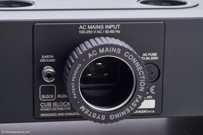Das ist kein Fotoapparat sondern das zum Patent angemeldete Lock System der AC-Eingangsbuchse, das den Netzstecker perfekt fixiert und so auch vor Vibrationen schützt