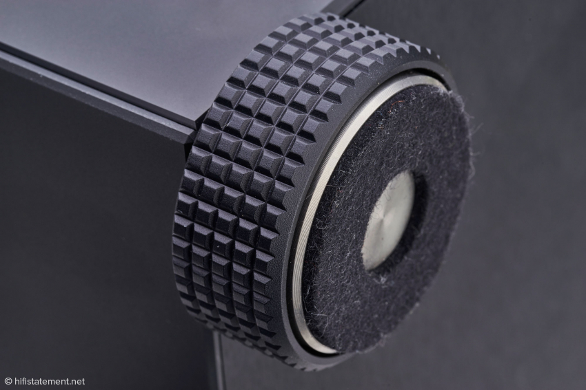 Liebe zum Detail: höhenverstellbare Füße auf Stahlkugeln, bei denen Schwingungen auf eine Fläche von zehn mal zehn Millimetern Widia-Werkzeugstahl abgeleitet werden. Filz aus Merino-Wolle schützt die Stellfläche