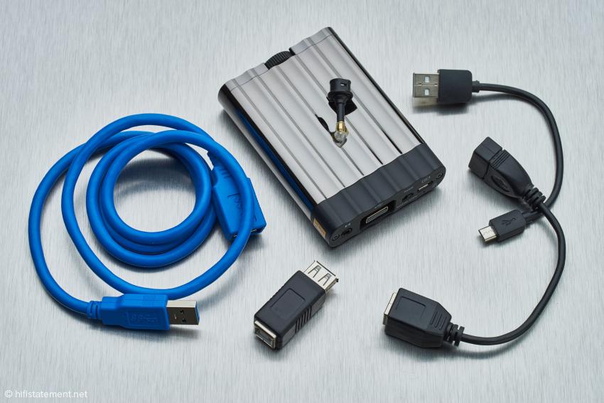 Der Lieferumfang bietet verschiedene Kabel und Adapter