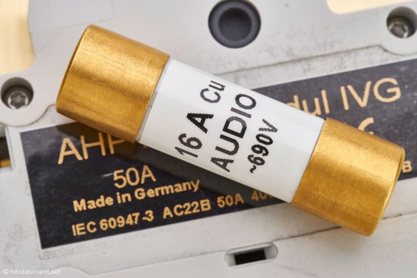 Laut Andreas Jungblut ist die Sicherung mit kupfernem Schmelzleiter und kupfernen, vergoldeten Kontaktkappen tonal die neutralste