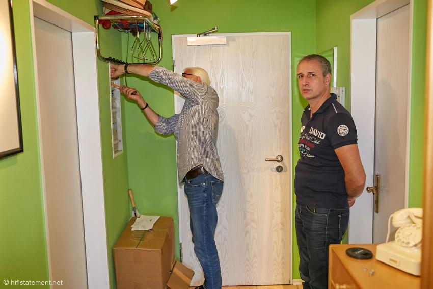 Andreas Jungblut (rechts) und sein Techniker Reinhard Petri haben die Kontrolle über die Stromversorgung meiner Anlage übernommen