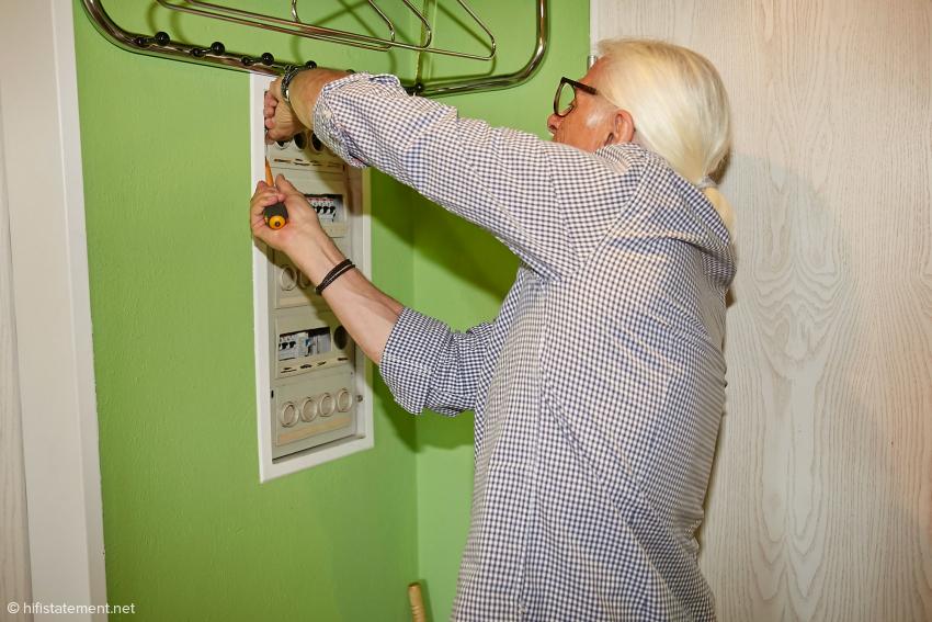 Reinhard Petri ist Elektroinstallateur und darf daher die nötigen Umbauten vornehmen