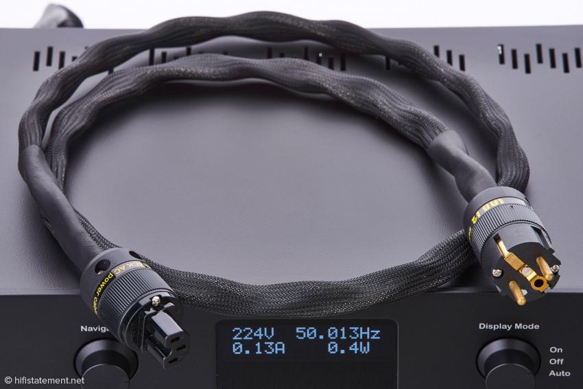 Zum Lieferumfang gehört das Lab12 Knack-Netzkabel mit speziellem Kaltgeräte-Anschluss und 20 Ampere Belastbarkeit