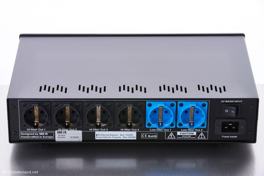 Vier schwarze Schuko-Anschlüsse sind für weniger Strom-bedürftige Verbraucher vorgesehen, zwei blaue sind für Verstärker gedacht