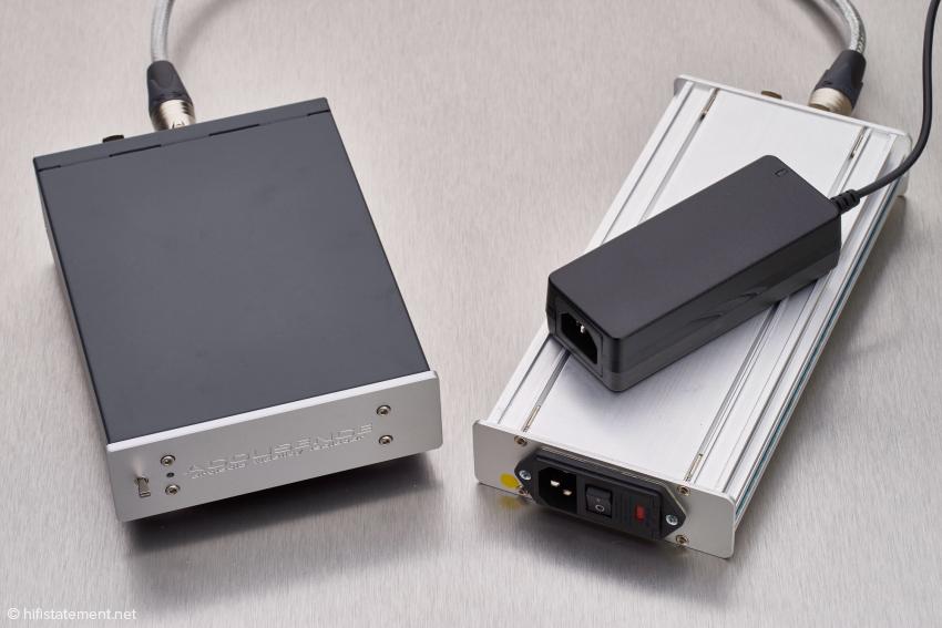 Der afi mit dem schwarzen Standardnetzteil und darunter mit dem optionalen Netzteil Arfi-PSU2