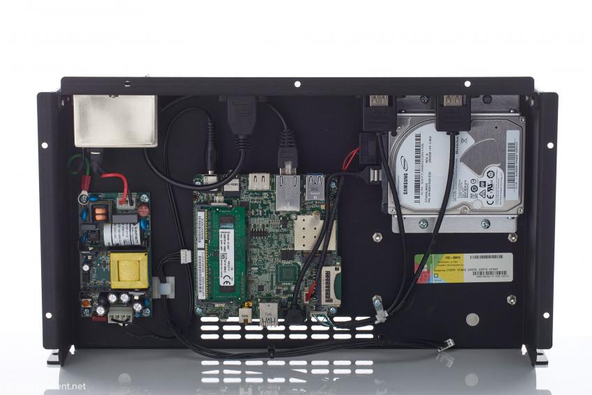Das Innenleben des Syrah: links das Netzteil, in der Mitte das kleine Mainboard und rechts die 2-TB-Festplatte