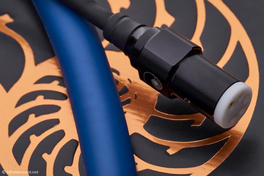 Der Cardas-SME-Stecker hat keine Führungs-Nase. Die Kontakte sind sehr stramm, was einen hohen Kontaktdruck verspricht