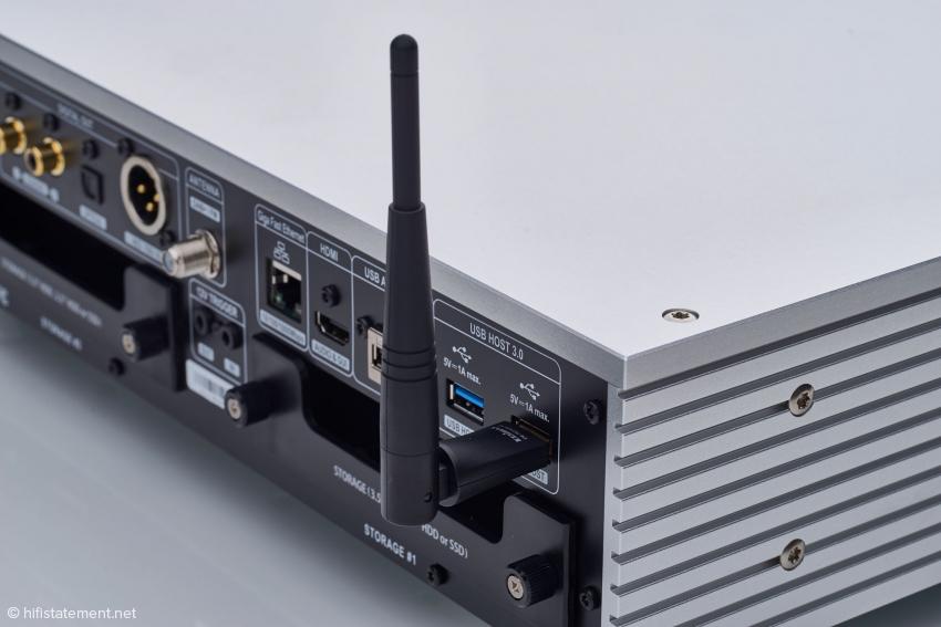 Sollte ein Lan-Anschluss an den Router nicht möglich sein, kann der optional erhältliche USB-WLan-Adapter mit Antenne dies kompensieren