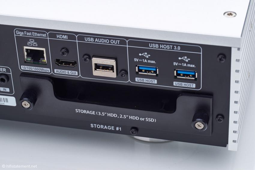 Über der rechten Festplatten-Box erkennt man zwei USB 3.0-Anschlüsse für externe Zuspieler oder Backup-Datenspeicher, falls der gewählte Raid-Modus dieses nicht erledigt