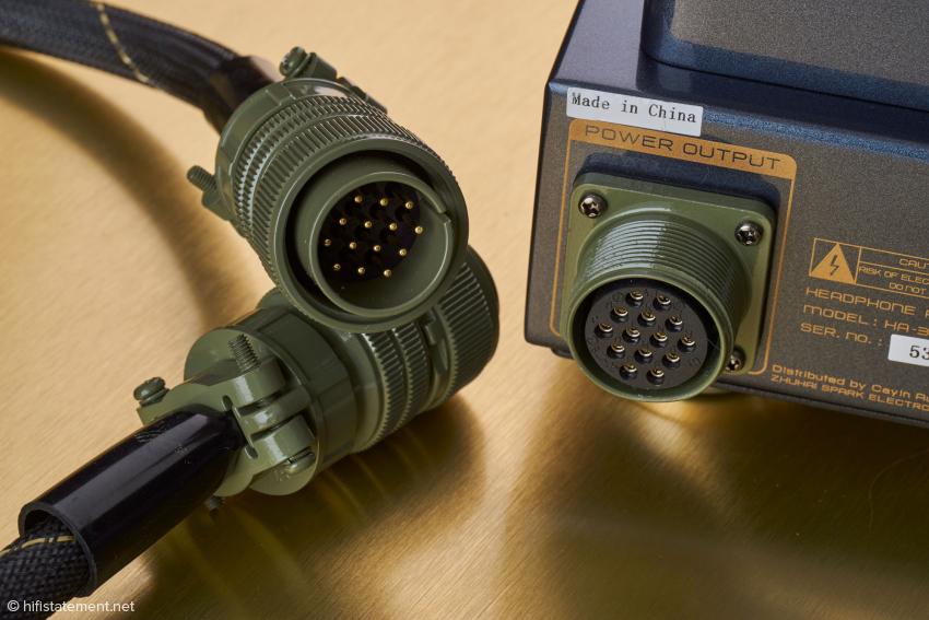 Militärstandard bei der Kabelverbindung zwischen Verstärker und Netzteil