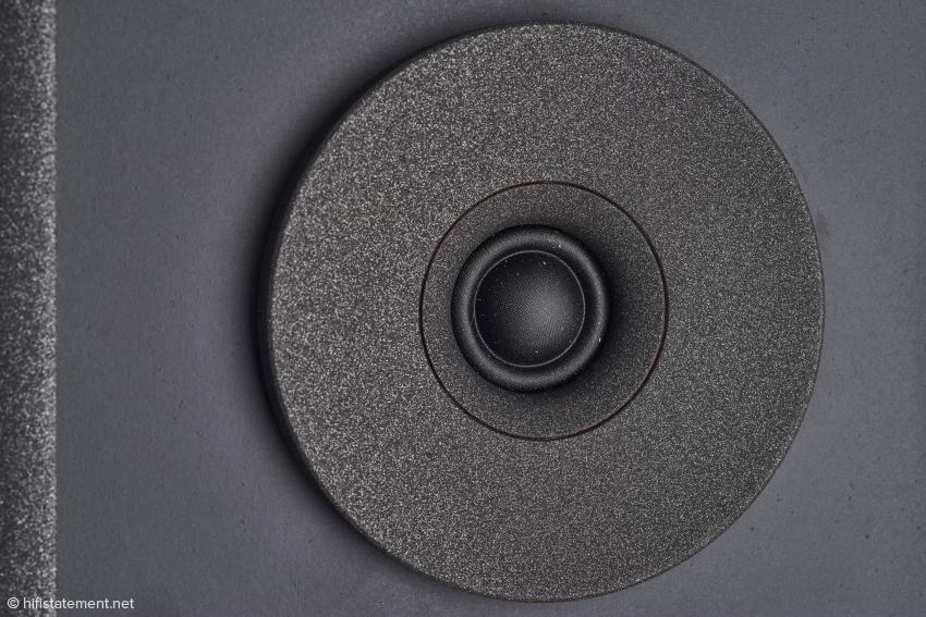 Damit der Seidenkalotten-Hochtöner bei hohen Lautstärken nicht zu scharf klingt, bekommt er ein Mini-Horn spendiert. Ein Wave Guide trimmt das Abstrahlverhalten nach Vorstellungen des Entwicklers