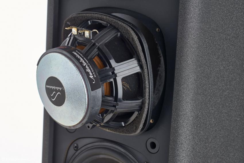 Die Chassis werden nach Vorgaben von Audiosulutions exklusiv bei SB Acoustics gefertigt: Die Membranen wurden mit gröberen Holzfasern zur Erhöhung der Steifigkeit und Verringerung von Resonanzen versehen