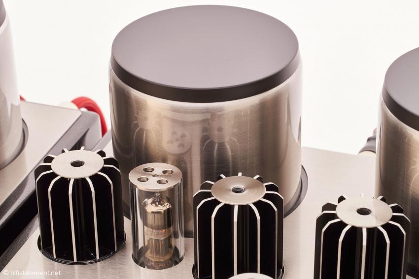 Im Vordergrund die Doppel-Triode für die Spannungsverstärkung, daneben die Kühlkörper für die MOSFETs und dahinter der riesige Ausgangs-Übertrager