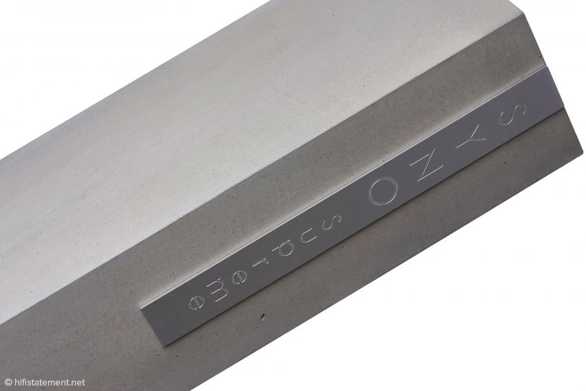 Auch ein schöner Rücken kann entzücken: Tolle Verarbeitung mit dem großen Schriftzug auf einer massiven Aluminiumplatte