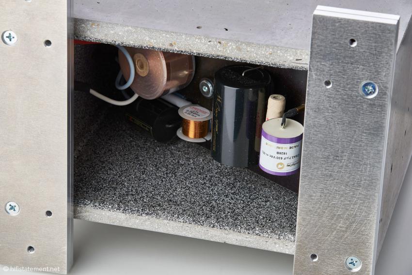 Die im Fußbereich vom Gehäuse separierte Weiche mit hochwertigsten Mundorf Supreme Silber-Gold-Kondensatoren und CFC-Flachspulen sowie Clarity Caps