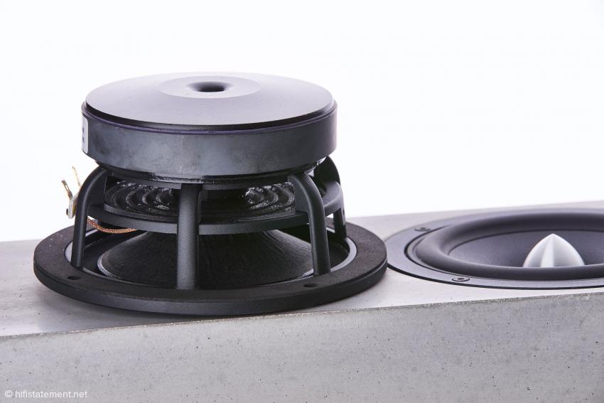 Die beiden 15- Zentimeter-Tiefmitteltöner von Wavecor haben eine Glasfaser-Papier-Membran und sind in einer D'Appolito Anordnung platziert