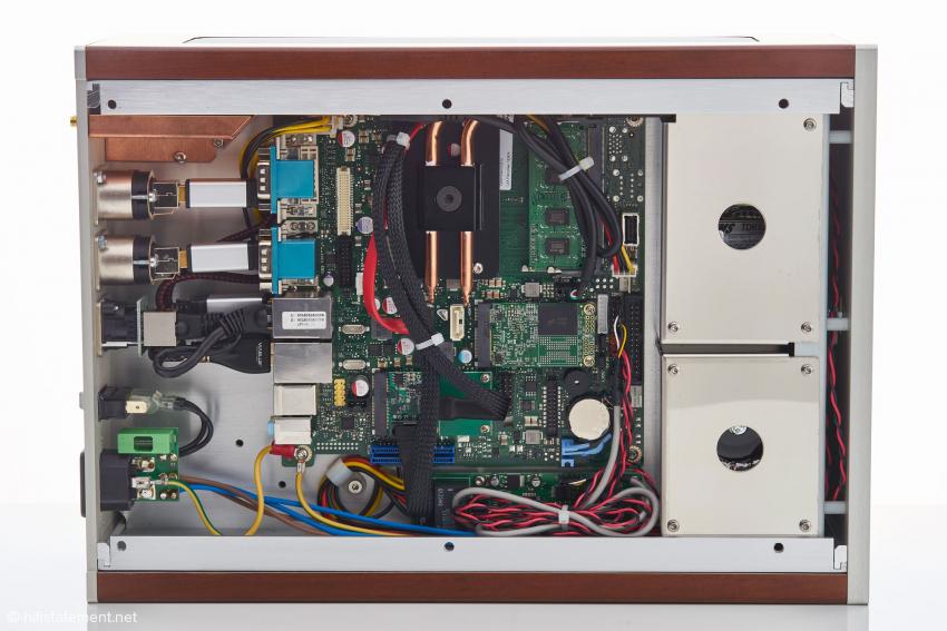 Der Blick in die untere Etage des DAS: Der Prozessor des Computers wird von einer Heatpipe gekühlt. Unter den Abschirmblechen verbergen sich Netzteile