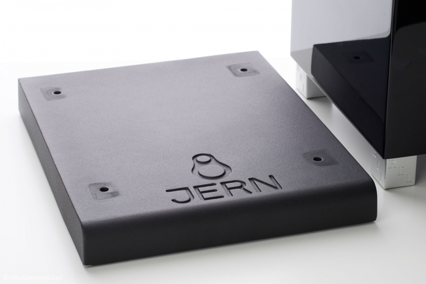 Die gusseiserne Dämpferplatte wiegt 23 Kilogramm und macht das Aufstellen im Raum etwas mühsam. Dafür sorgt sie auf jedem Untergrund für gleiche Arbeitsbedingungen