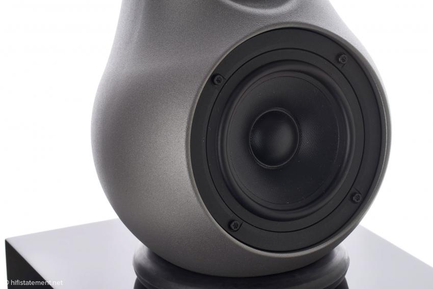 Der Scan-Speak-Tiefmitteltöner mit Fiberglasmembran ist für den Betrieb mit flachen Filtern optimiert. Die Einlassungen im Gehäuse werden per Hand nachbearbeitet, was jeden Lautsprecher einzigartig macht