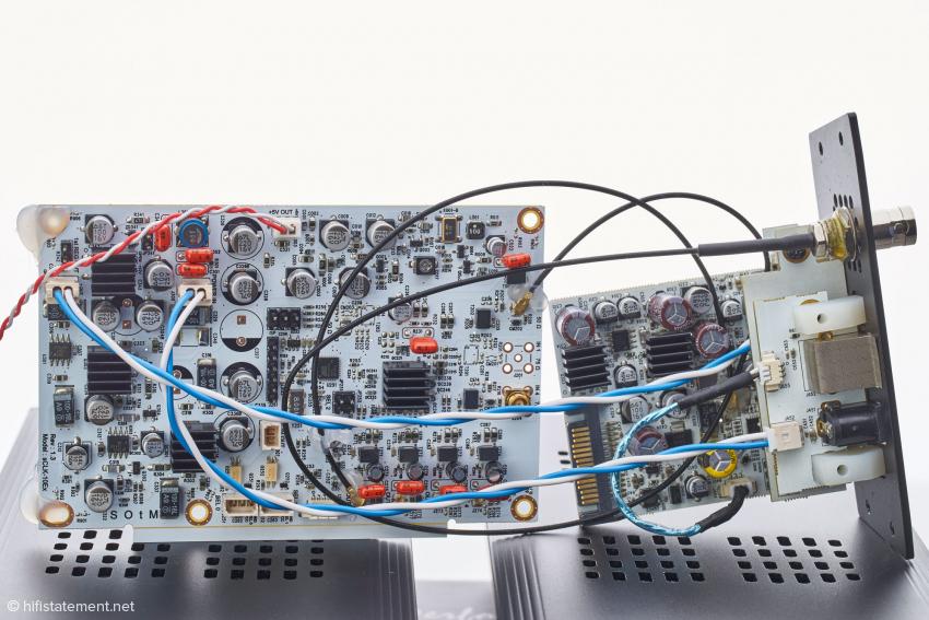 Das Innenleben des SOtM sMS-200ultra Neo: links das aufwendige Clock-Board, rechts das USB-Modul
