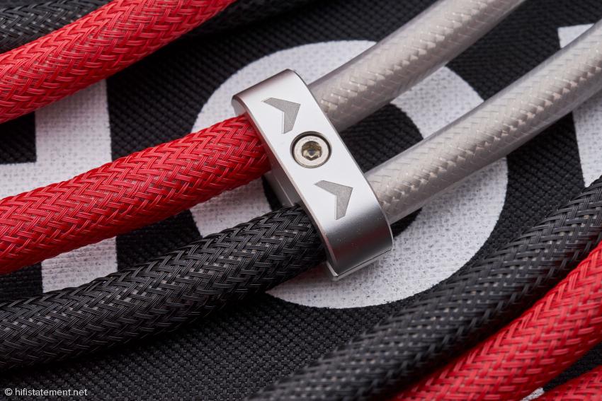 Die kleine Klammer hält die gegeneinander verdrillten Einzellleiter zusammen, wie üblich ist die Laufrichtung des Kabels markiert
