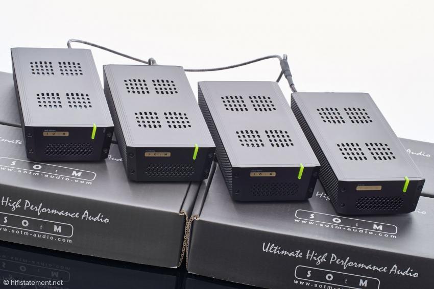 Von links nach rechts im einheitlichen Design: Netzwerk-Player sMS-200ultra NEO, USB Hub tX-USBultra, Master-Clock sCLK-OCX10 und Netzteil sPS-500