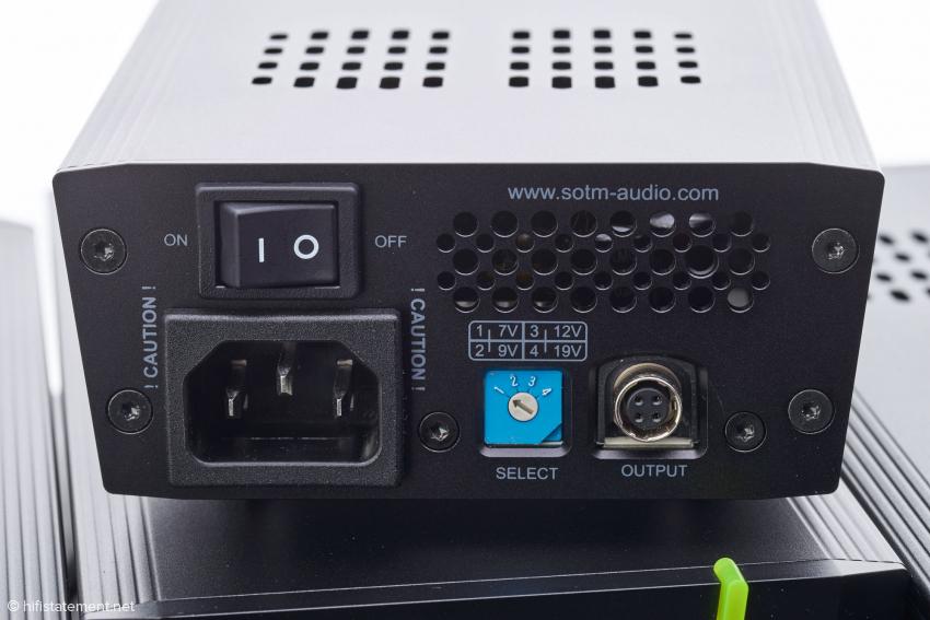 Die Rückseite des Netzteils sPS-500: mit dem blauen Schalter kann zwischen 7, 9, 12 oder 19 Volt Ausgangsspannung umgeschaltet werden