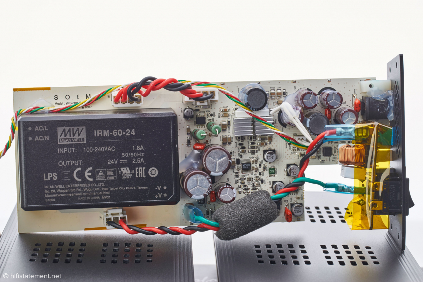 Innenansicht des Netzteils: links das Schaltregler-Modul von MEANWELL, rechts der aufwendige Step-Down-Schaltregler mit SOtm proprietärer Technik zur Störgeräuschverringerung
