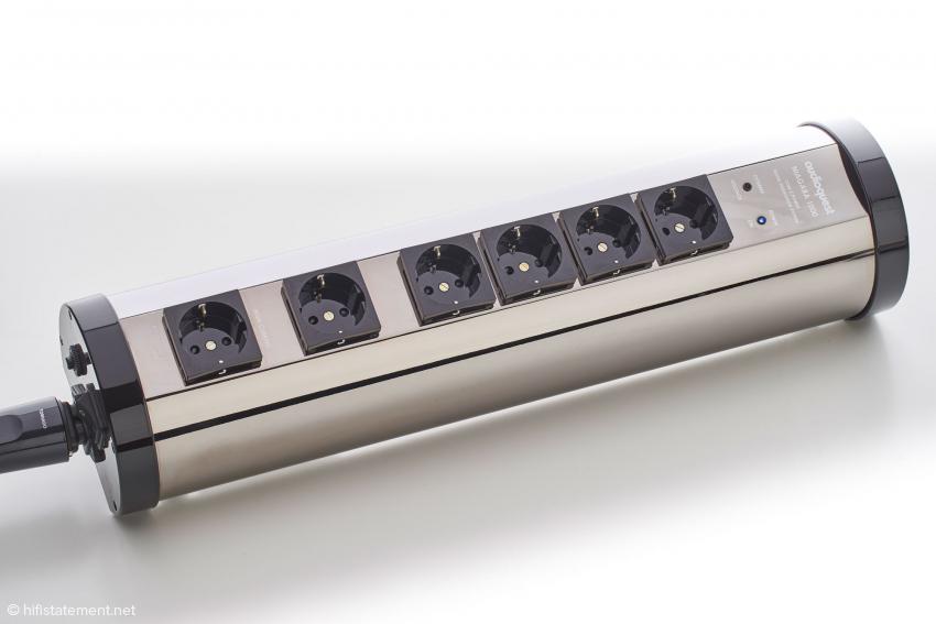 Der Niagara 1000 bietet eine Steckdose für stromhungrige Verbraucher und zwei Gruppen für solche, die einen konstanten Strombedarf haben. Trotz der Anordnung der Steckdosen: Eine Gruppe arbeitet auf deren zwei, die andere andere auf drei
