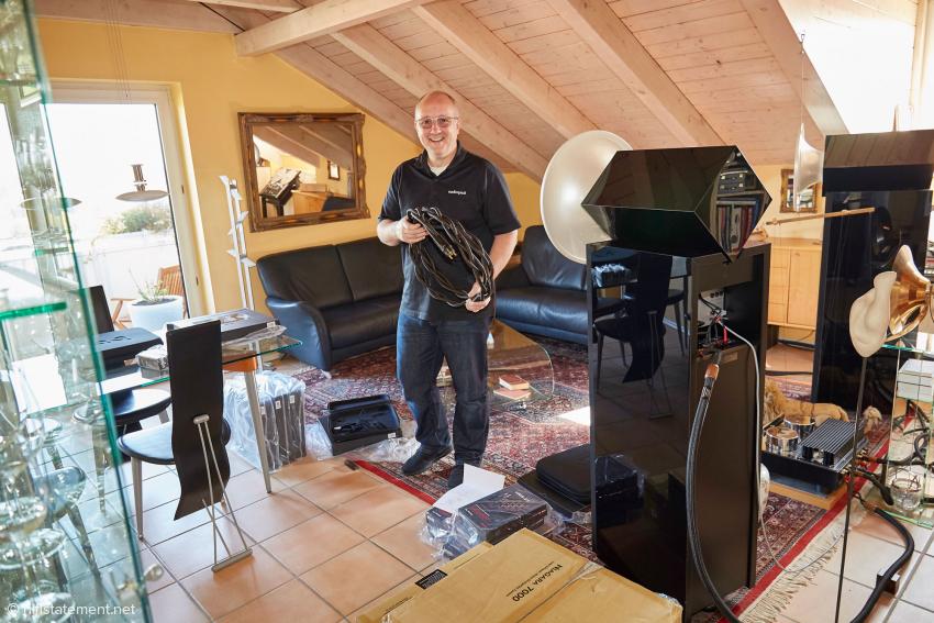 Robert Hay beim Auspacken der Schätze: hier ein Tornado