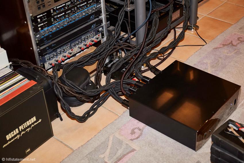 Noch sind nicht alle Kabel im Einsatz. Die Strippe mit dem rötlichen Schimmer, die sich von links ins Bild schlängelt, ist eine Thunder