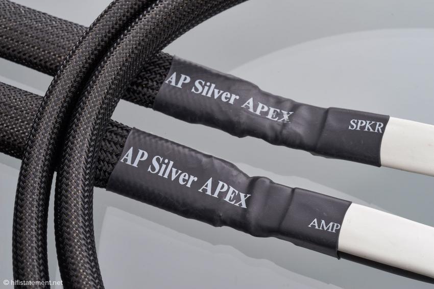 Die Silver Apex Lautsprecher-Kabel haben eine Laufrichtung und sind entsprechend markiert