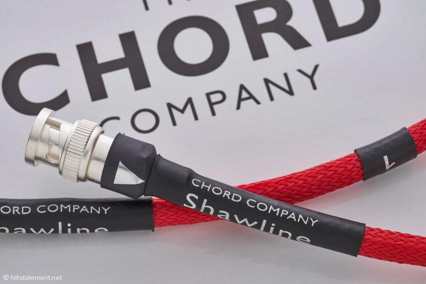 Chord'sche Sorgfalt: Die Laufrichtung ist gekennzeichnet, auch wenn sie durch die Stecker vorgegeben ist. Sehr hilfreich ist die Kennzeichnung des Kanals, da die beiden 768-Kilohertz-Signale ja kanalgetrennt übertragen werden