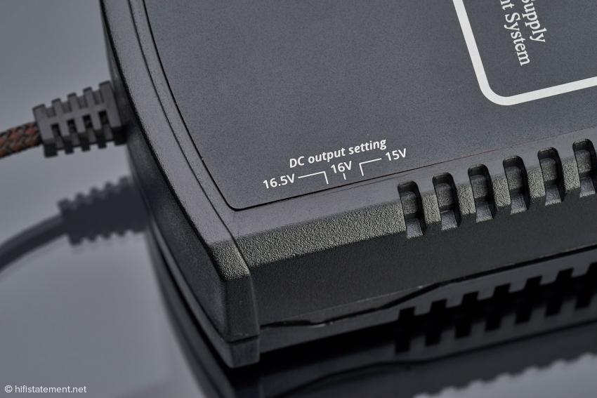 Das Ultra MKII ist ein Filter, das die Spannung vermindert. Um dem angeschlossenen Verbraucher 15 Volt zu liefern, sollte das Netzteil auf 16 Volt eingestellt werden, um den Spannungsabfall durch das Ultra zu kompensieren