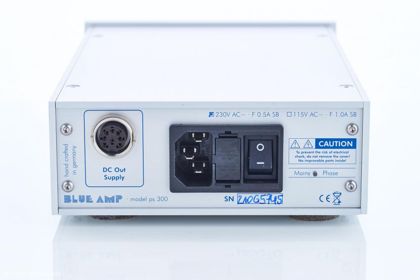 Das model ps300 Netzteil bietet rechts neben dem harten Ein-Aus-Schalter eine grün oder rot anzeigende LED zur Indikation der Phase