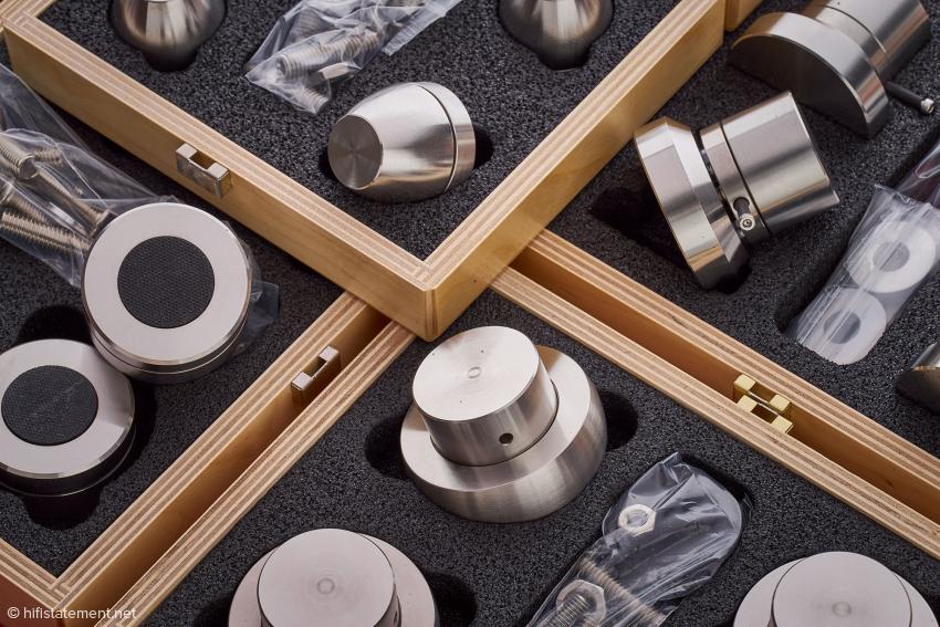 Jedes Finite-Elemente-Produkt wird in einer Holzkiste geliefert. Das oben liegende Kästchen enthält die Ceraballs, von dort im sind im Uhrzeigersinn Cerabase compact, Cerapuc und Cerabase slimline zu sehen