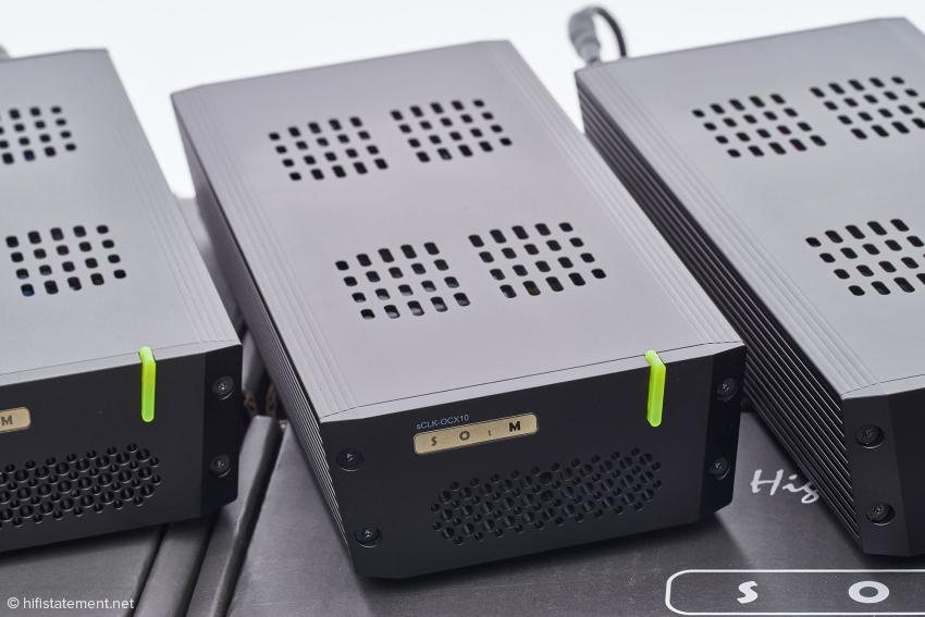 Die Masterclock kommt im selben Gehäuse daher wie das Netzteil sPS-500