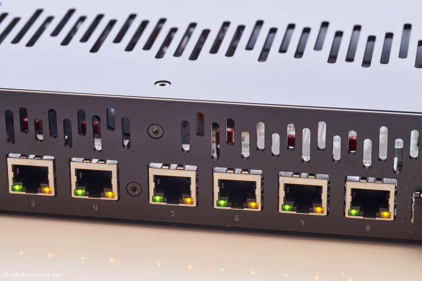 Die Abstände der Buchsen des sNH-10G lassen auch den Anschluss von Göbels raumgreifenden LAN-Kabeln zu