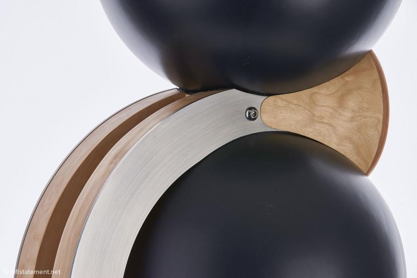 Hier erkennt man die feine handwerkliche Verbindung der beiden Keramik-Kugeln und des Hochtöner-Gehäuses. Hinter der Edelstahl-Verplankung liegt das Signalkabel, jeweils ein Leiter pro Seite