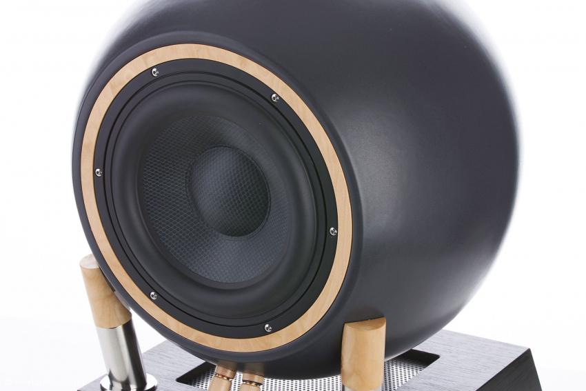 Ein SUB W 45 PS beinhaltet im Sockel die gesamte Bass-Elektronik mit DSP. Die auf dem Foto sichtbaren Polklemmen sind im Normalfall hinten, also nicht zu sehen, und werden heuer aus Kupfer und edlem Holz gefertigt