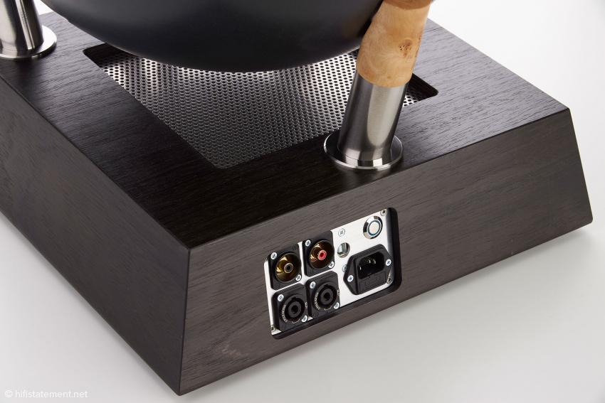 Am Anschlussfeld des aktiven Basses erkennt man das RCA-Eingangs-Paar und die sicheren Lautsprecher-Anschlüsse für die Kabel zur linken und rechten Bass-Kugel. Der Ein-Aus-Taster trennt das System aus dem Standby komplett vom Netz