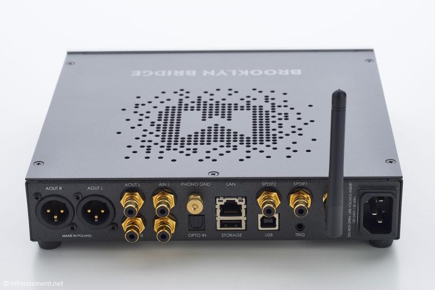 AES/EBU- und Wordcklockschnittstellen auf der Rückseite wichen einem LAN/USB-Port und der WLAN-Antenne