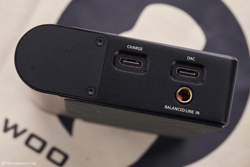 Auch der symmetrische Analog-Eingang ist als Pentaconn-Buchse ausgeführt. Die beiden USB-C-Buchsen ermöglichen das Laden bei gleichzeitigem Signaltransfer